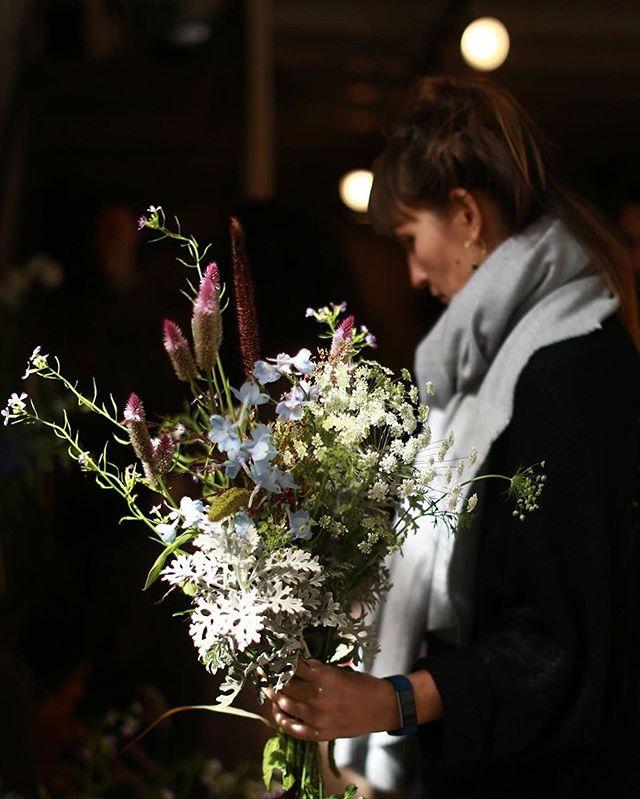 ✦ é isso 👘 #repost @amapa_flowershop ・・・ A escolha das flores é uma das partes principais do nosso trabalho.  É nesse momento que nós definimos que caminho iremos seguir.  A @fabisteele foi juntando suas flores escolhidas na mão e mesmo antes de começar a montar já fez um bouquet lindo.  Cena do 'WS Vivência na Floricultura' que rolou dias 3 e 4 de Junho. Próxima edição, 5 e 6 de Agosto, ainda tem vagas, para se inscrever e saber mais infos é só entrar no site  . 📷 @liriade_ ♥ . . . #amapaflowershop #workshop #flowers #flowershop #sp