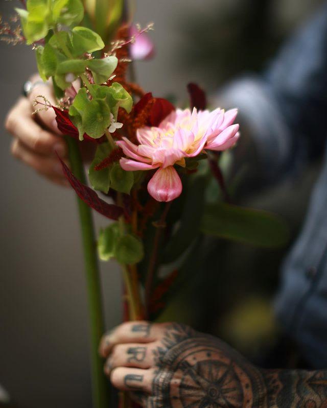 quanta saudade desse dia | desse workshop da @amapa_flowershop 〜〜 um pedacinho do meu coração ficou lá, entre as flores | e tou só imaginando a sorte de quem ainda conseguir se inscrever para a nova edição, que vai ser nos dias 05 e 06 de agosto, aqui em sp! ainda tem algumas vagas, estou quase certa disso!✦