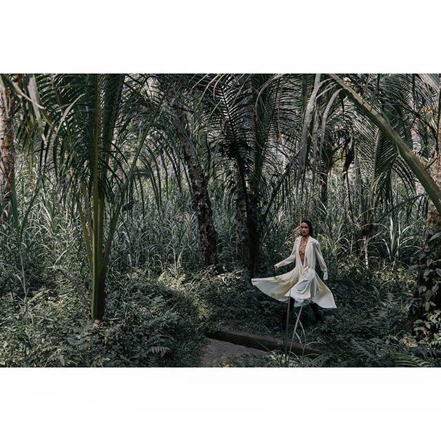 NEW cover shoot for SCMP 🍃 . @melnikovakristina @balimodelagency #styling @hannahbeckstylist hmua @floradickie_makeup @lovebalistarz @velweiss #bali #explorer #newwork #outnow #onlocation #fashion #photographer #carlaguler #canon #nature #indonesia #shotonlocation #jungle