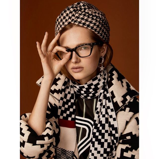 Monday I see you 👌🏼🖤 . @accessoryvoguevanity #styling @cleocasini #hmua @karinborromeo @wmmanagement #assistant @alexingramphoto #milan #italy #vogue #vanityfair #magaccessory #luxottica #eyewear #beauty #portrait #canon #photographer #carlaguler #fashion