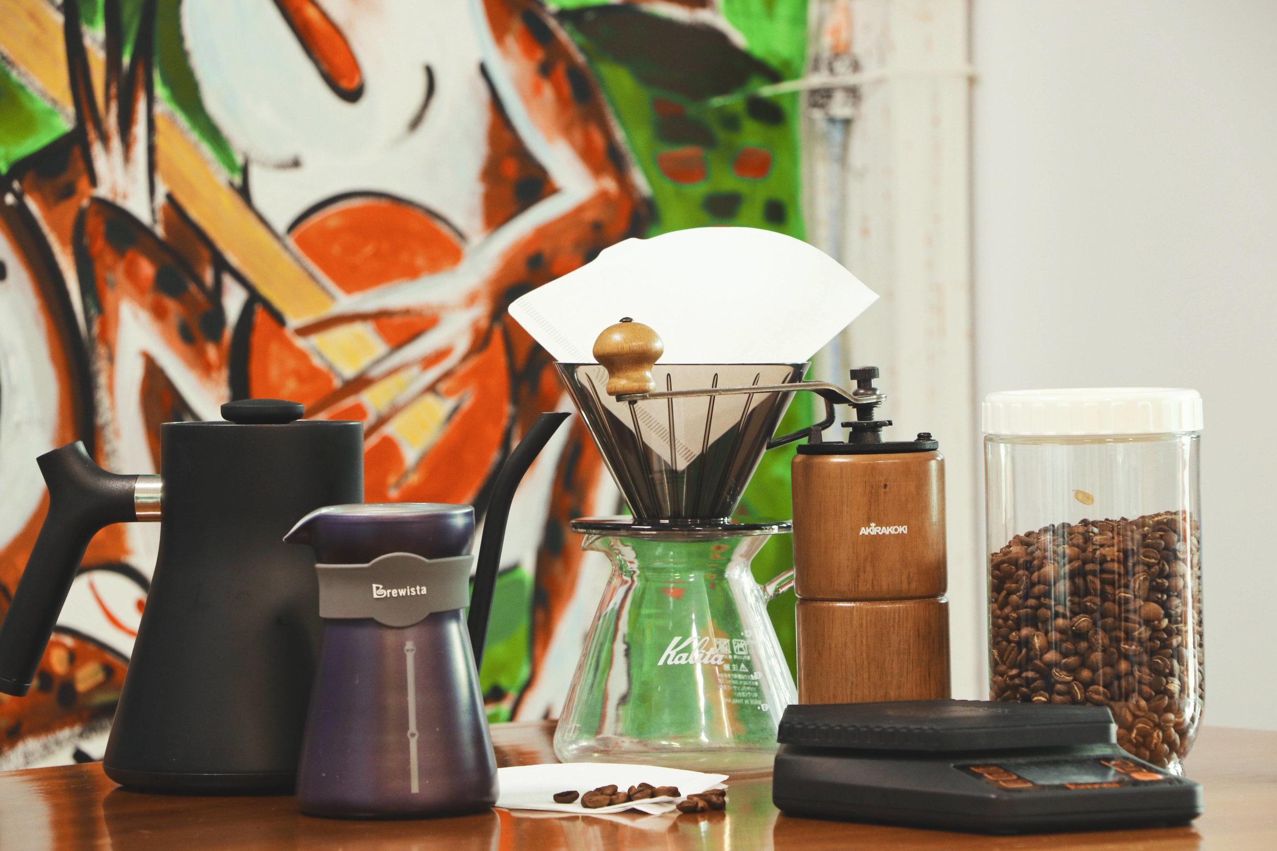 (从左至右 - 水壶,分享壶,滤纸,滤杯,手冲壶,手摇磨豆机,电子秤,豆子)