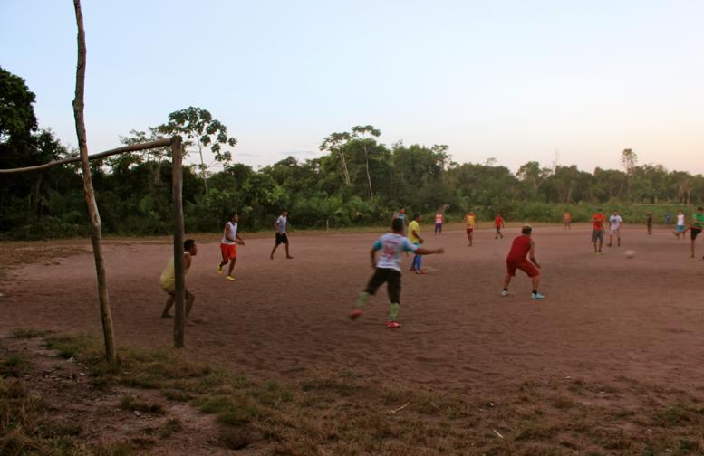 Futebol rolando no campinho.