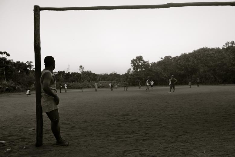 Futebol no fim da tarde.