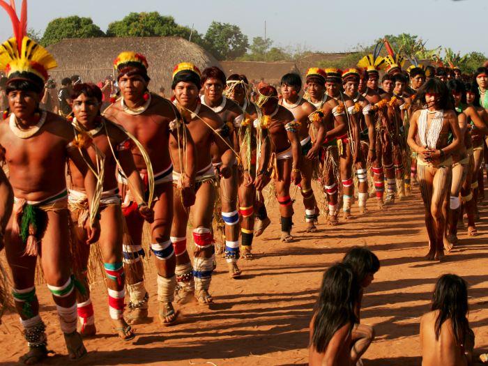 Nosso destino: XINGU - O Parque Indígena do Xingu foi criado em 1961. Éa primeira terra indígena homologada pelo governo. A área do parque conta com mais de 27.000 quilômetros quadrados. Atualmente, vivem no Xingu cerca de 6.000 índios de quatorze (14) etnias diferentes, pertencentes aos quatro troncos linguísticos indígenas do Brasil: caribe, aruaque, tupi e macro-jê. É nesta região onde seráimplementado o projeto #Futebol-Utawana.
