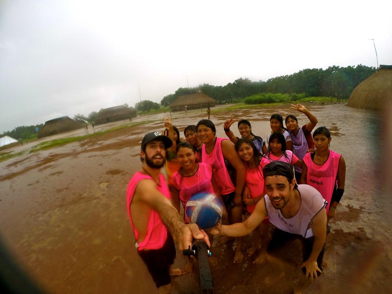 Futebol na Chuva com as meninas