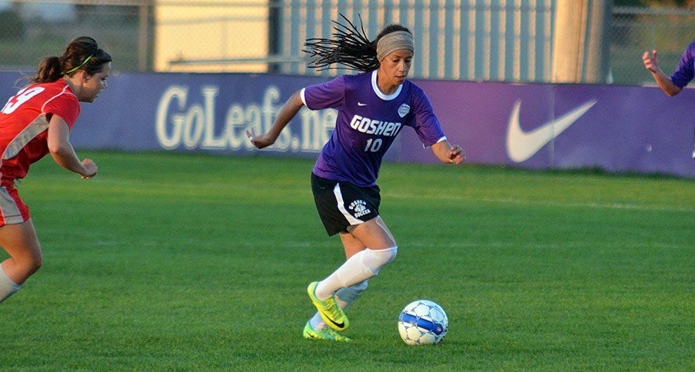 Mariana  nos tempos em que jogava  futebol no college americano . Ela ficou quase  10 anos nos Estados Unidos , onde através do futebol teve a chance de conectar os estudos com o esporte.