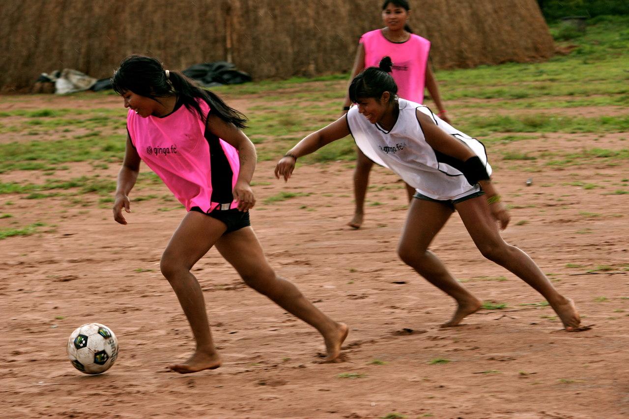 5) Futebol Feminino: - A força do futebol entre as mulheres do Xingu foi algo que achamos muito bacana. Ficamos bastante surpresos e felizes ao ver que o futebol é uma atividade bastante presente entre as mulheres locais. Elas adoram conversar sobre futebol e, principalmente jogar bola. Na Aldeia Utawana existe um campo de futebol apenas para as mulheres, e elas jogam todos os dias. São extremamente habilidosas. Uma das prioridades do nosso projeto será contribuir para desenvolver e ajudar o futebol feminino no Xingu.
