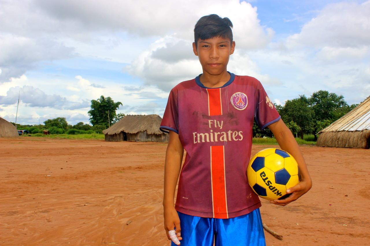 Jovem Mehinako com camisa do PSG