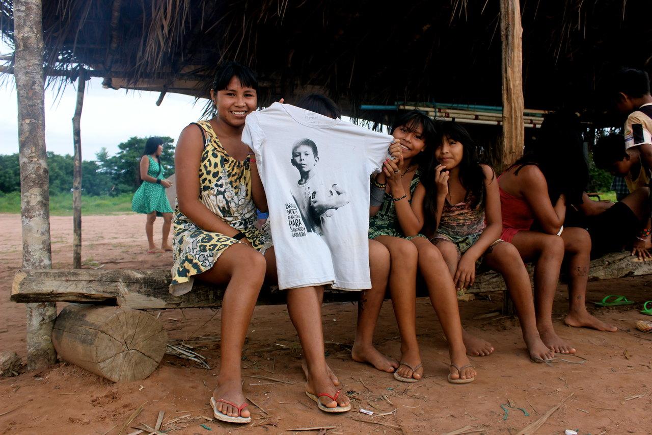 Meninas com a t-shirt Meu Garoto