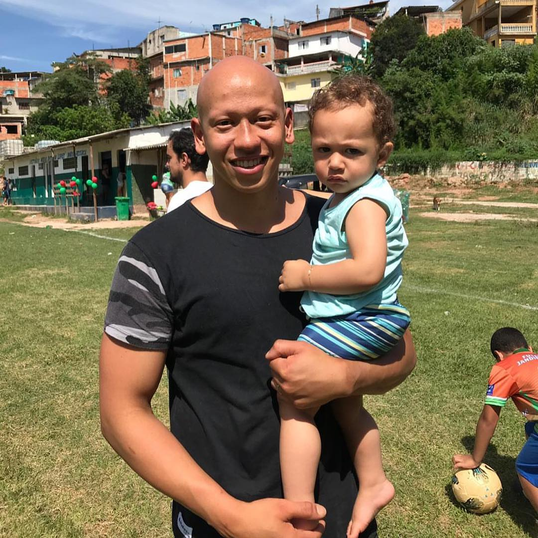 Fernando 'Careca' com seu filho Pedro, durante a participação no evento 'Natal Feliz' da Ginga.Fc. Evento aconteceu em Jandira/SP, cidade natal de Careca e que ajudou a organizar a iniciativa.