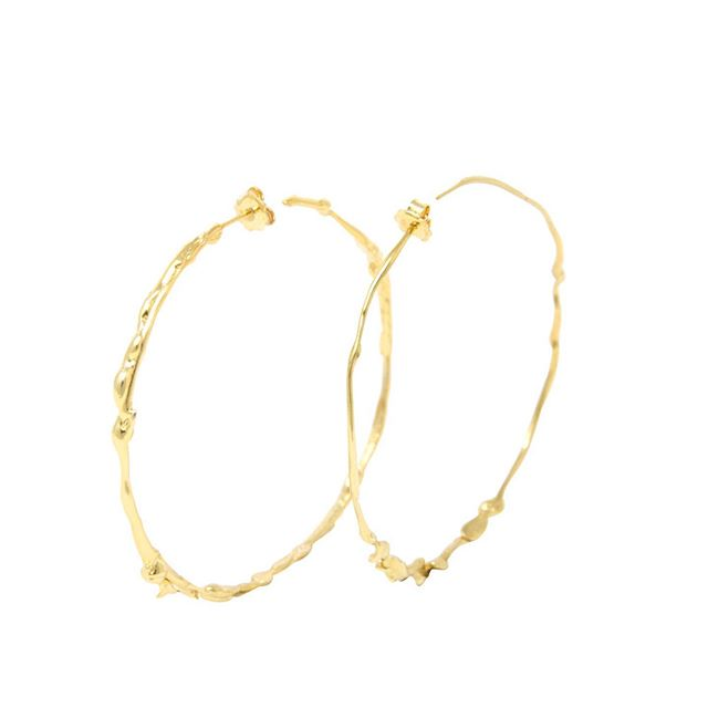 It's hhhot! The kind of days you wished you could skip clothes... but never skip jewellery! If I were to go bare, the one thing I would keep is earrings. Here is our top five of Fluida hoop earrings, all colours and sizes... . #skipclothes #dontskipjewellery #hotdays #earringdays #essentials #earrings #hoopearrings #fluidacollection #sterlingsilver #goldplated #handmadejewelry #jewellerydesign #margheritapotenza