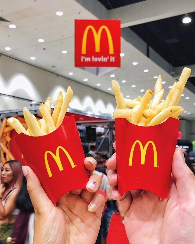 Here's some Mini @Mcdonalds Fries 🍟 for all of you guys on a diet 😂!! If you're going to @kconusa tomorrow, don't forget to stop by Mc Donald's Truck for your free mini fries, softserve, and tote 😍! Also I heard @mikebowshow is doing a meet and greet at 2pm 😉. #eatswithanthony