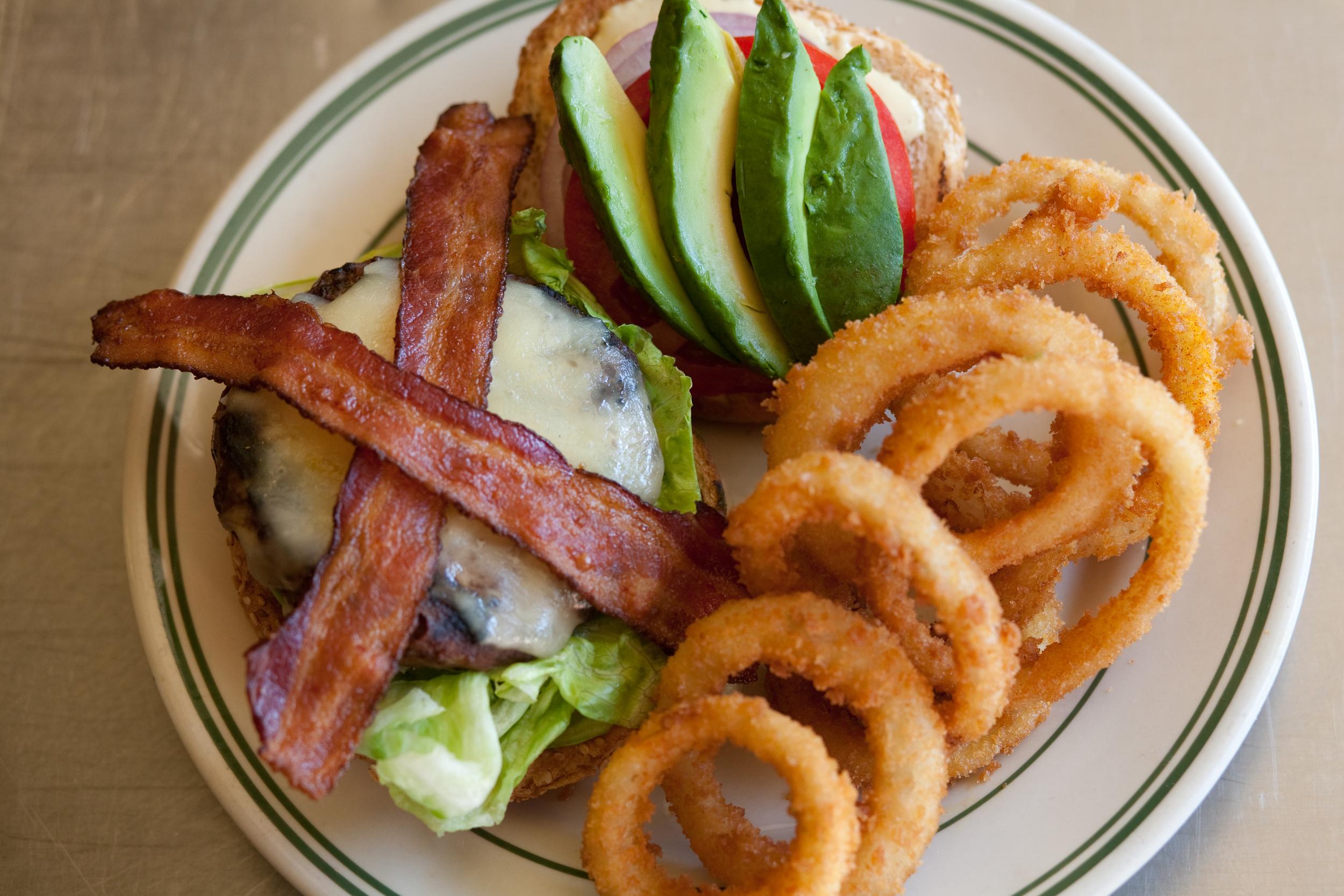 Bacon-Avo Burger w Onion Rings