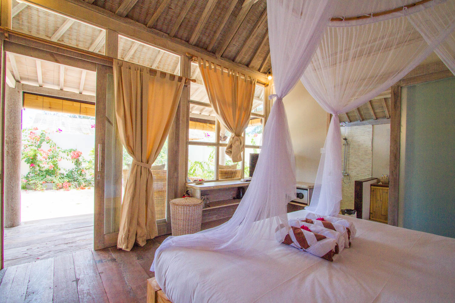 Beautiful bedroom with garden and pool - Avia Villa Resort Gili Meno
