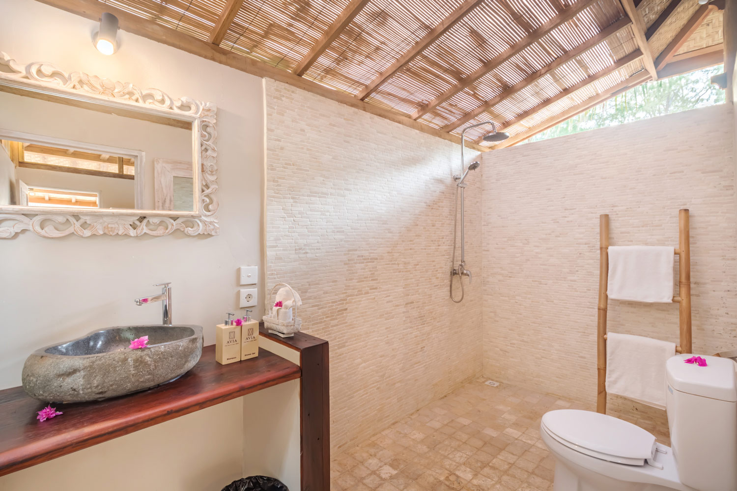 Huge bathroom - Gili Meno - Avia Villa resort