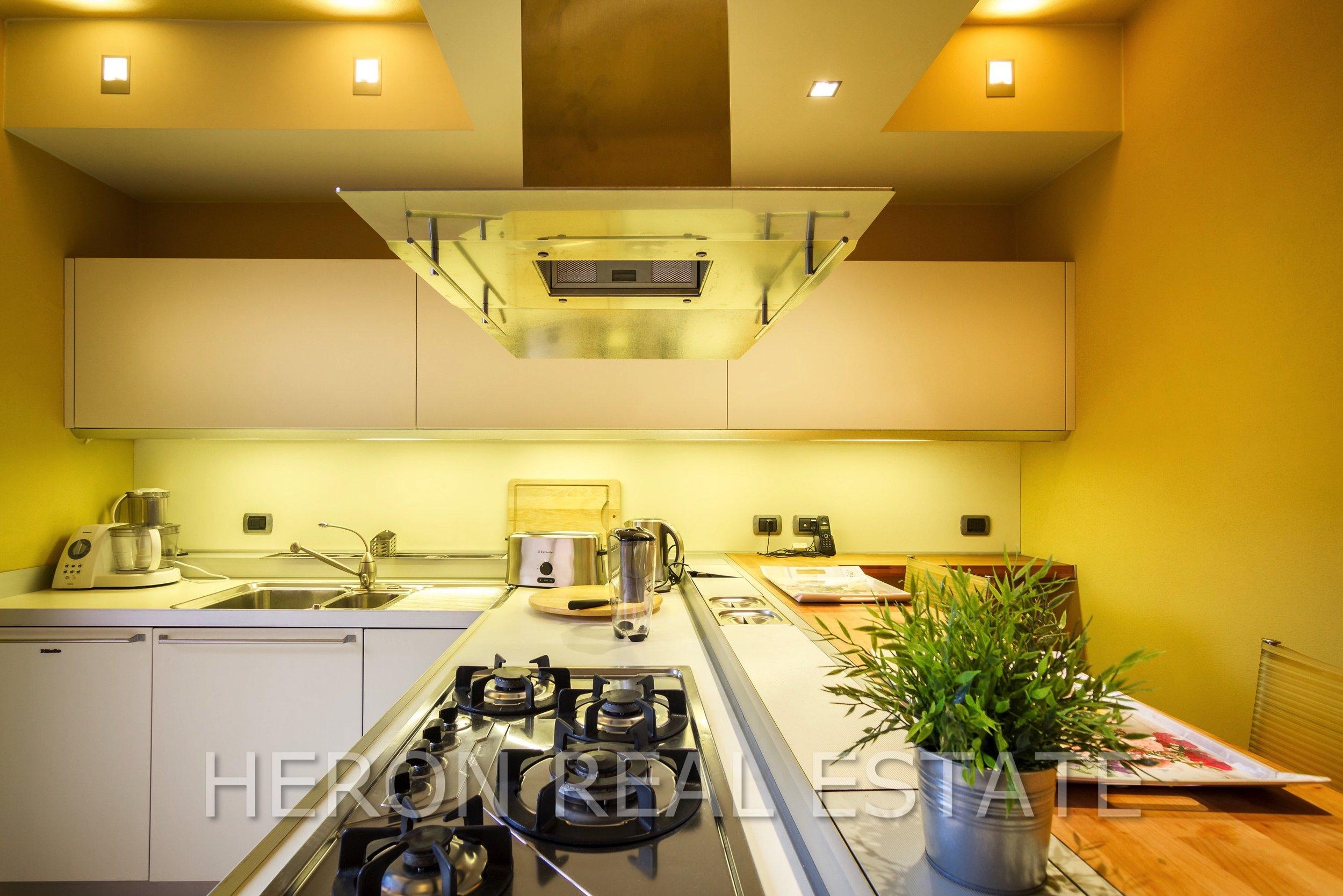 6 Carate Urio kitchen 2.jpg