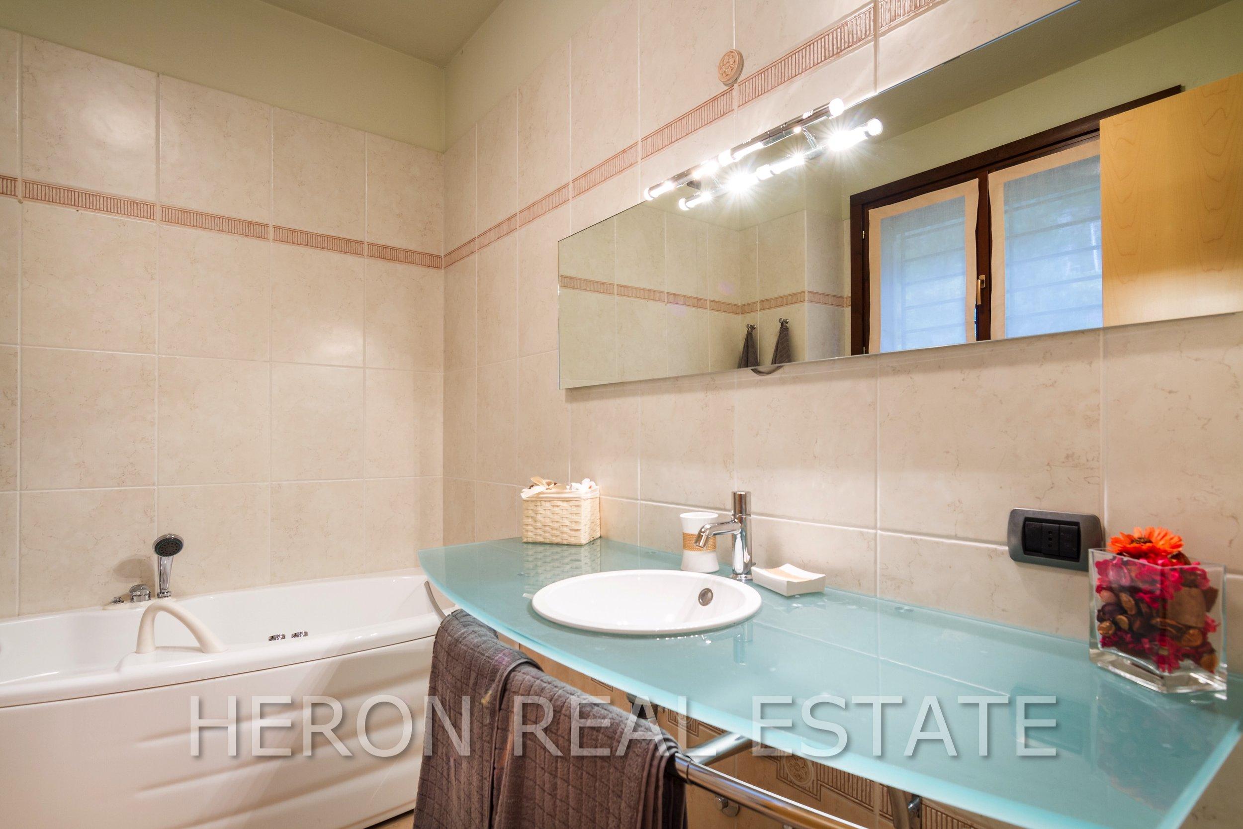 12 Carate Urio bathroom 2.jpg