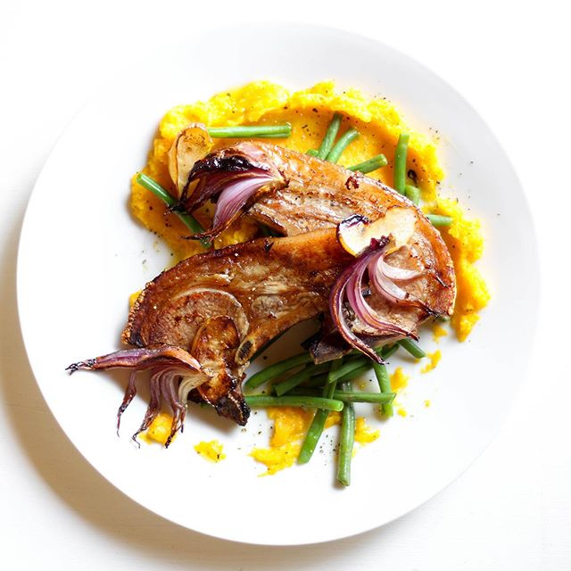 Did you know that certain vitamins can only be absolutes into the bloodstream in the presence of fat? For example- vitamin A found in butternut! This absorption  process will be boosted when paired with pork... Trust us- we seriously care about what our meals do to your body! 💯🥰👏🏼 Red onion and apple roasted pork chops with garlic butternut mash and green beans in next weeks #realfoodzim #recipebox. Visit our website now to order. • • • • • #justeatrealfood #realfood #thisisrealfood #thisisrealfoodzim #cleaneating #delivery #deliveryservice #recipekit #homecooking #healthyeating #madeeasy #healthyfood #porkchops #healthtips #butternut #mash #greenbeans #foodphotography #supportlocal #proudlyzimbabwean #localingredients #locallysourced #harare #zimbabwe