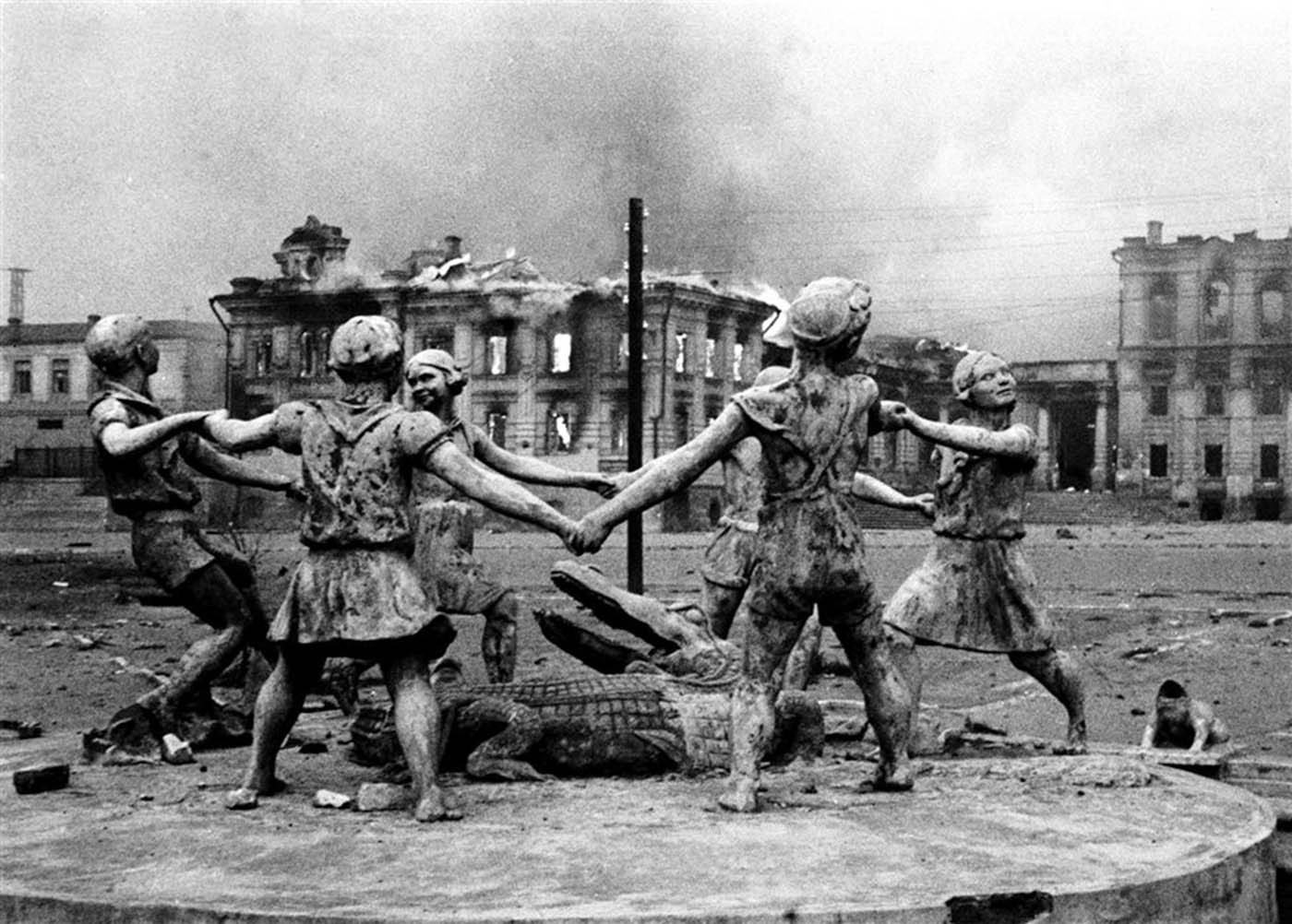 Statue in the center of Stalingrad after Nazi air strikes, 1942.jpg