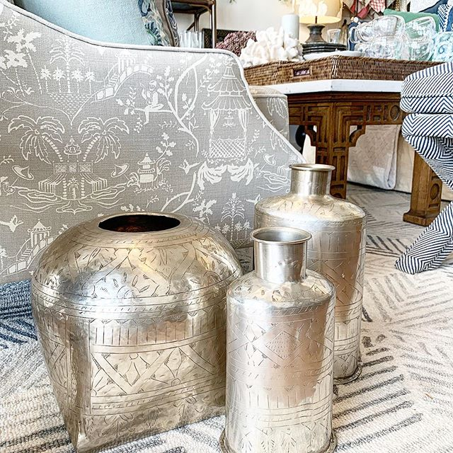 These gorgeous metal vases just arrived in stock in our showroom - great way to add a bit of shine to a room #brisbaneinteriordesigner #interiordesignerbrisbane #interiordesigner #interiordecorating #brisbanehomewares #homewaresbrisbane #homeaccessories #vases