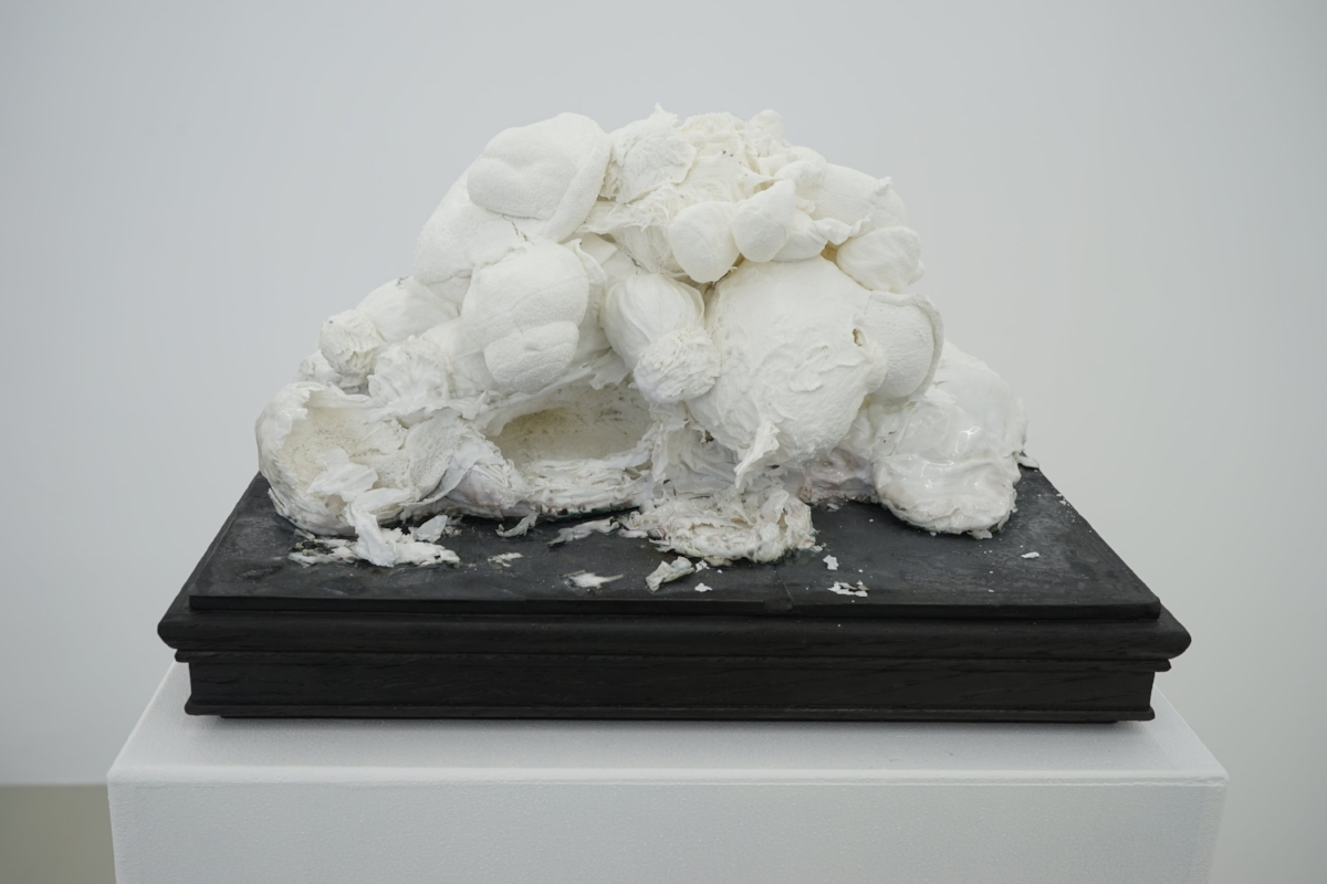 Un tas de peluches , 2015-2016, porcelain, 35 x 35 x 20 cm