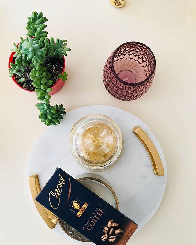 Una barra de Caoni Chocolate nunca puede faltar en tu mesa.  #caonichocolate #premiumchocolate #milkchocolate #ecuadorianchocolate