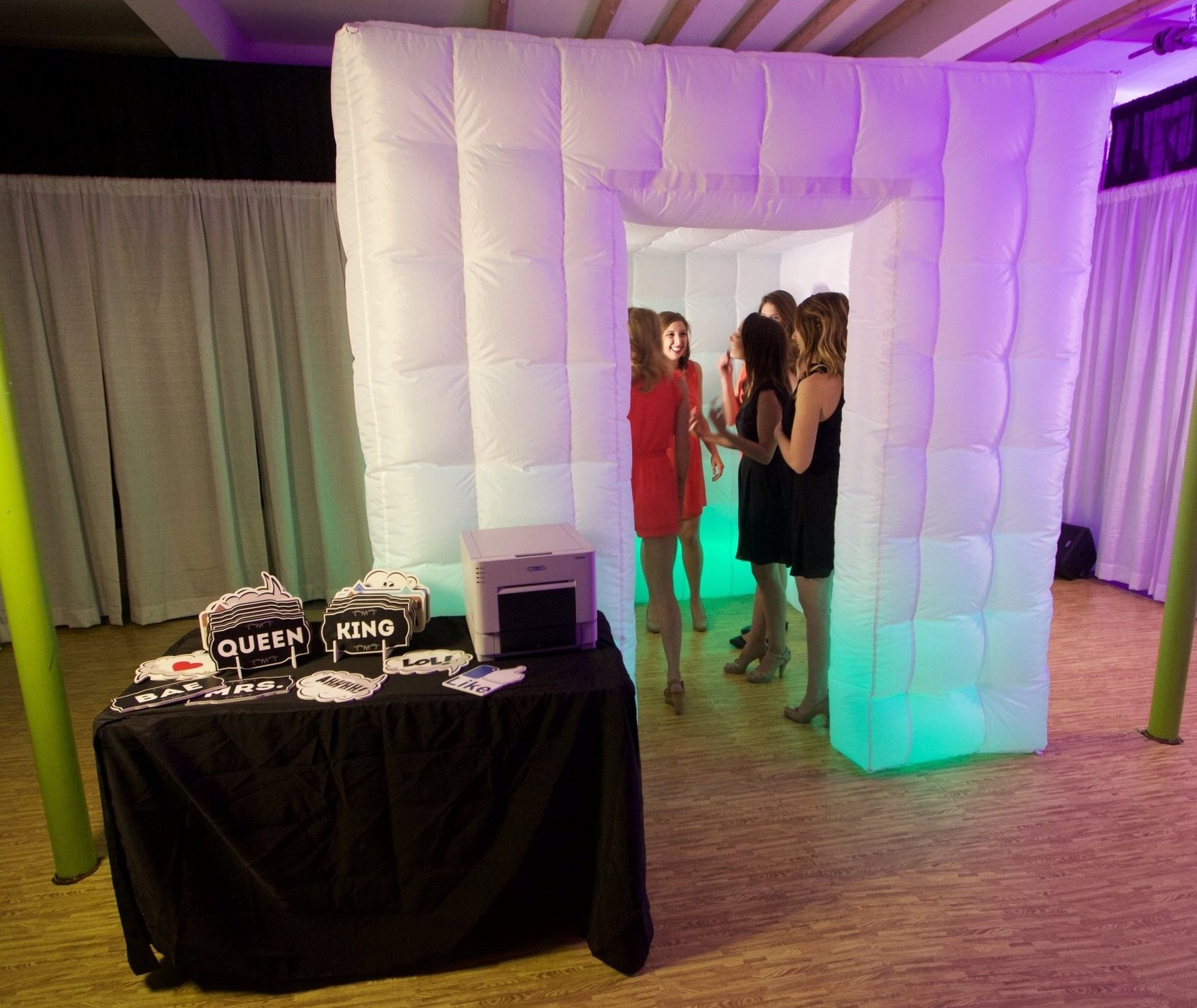 Inflatable Enclosed - A tufted white enclosed photo experience.