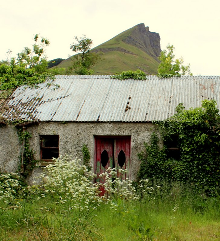 This lovely old cottage looks like it's wearing a hat!