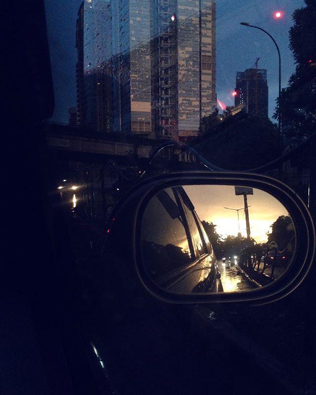 Hari libur plus abis ujan adalah kondisi terkeren di jalanan #jakarta 🖖🏻