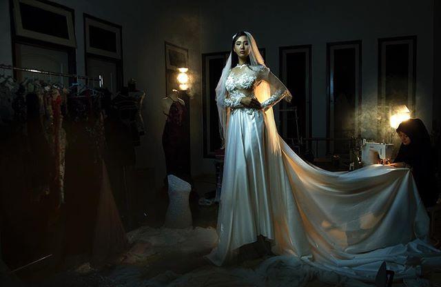 With respect to the wedding dress 🙏🏻. Thanks #fashiondesigner @albenayubandal #model @evisetiawan93 @r2modelsmanagement #stylist @nahumlimantara  #makeupartist @melianilimantara -------------- #fashion #weddingdress #portrait #wedding #weddinggown #theportraitpr0ject #thefashionproject
