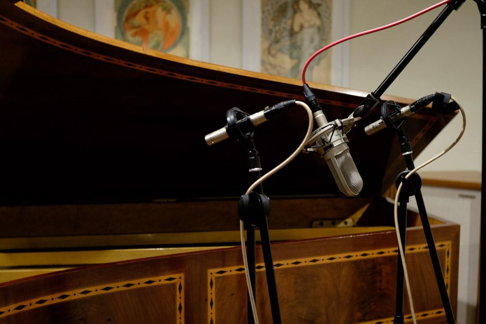 1918年製のフランスの平行弦ビンテージピアノ エラールのマイキング。