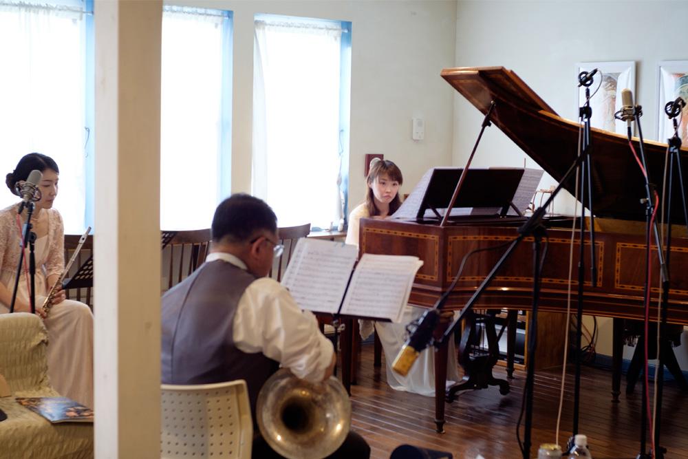 函館のサロンエラールにて行われた エラールピアノ、コル (ビンテージスタイルのピストンホルン)、フルートによる古楽アンサンブルの収録の模様。