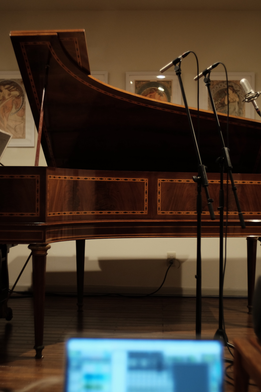101歳のフランスのヴィンテージピアノ。過去の何代にもわたるであろうオーナーたちの愛情が詰まっている感がすごい程にいい音がします。