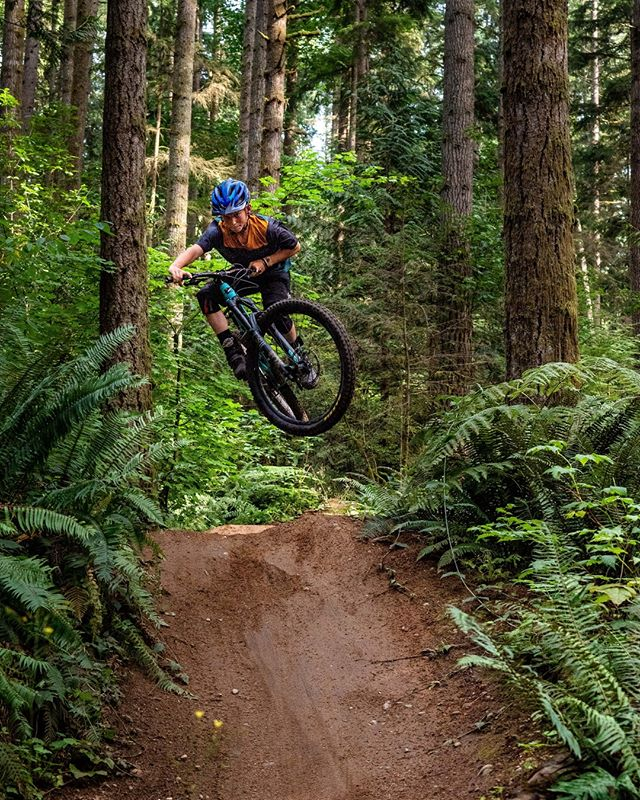 Counter-directional steering is key to finding flow on the trail. It allows to set up your turn in the air so you don't need to slam on those brake in the berm! Want to start getting more flow into your riding? Join us this weekend for our Air Intensives! See the link in our bio for more info.