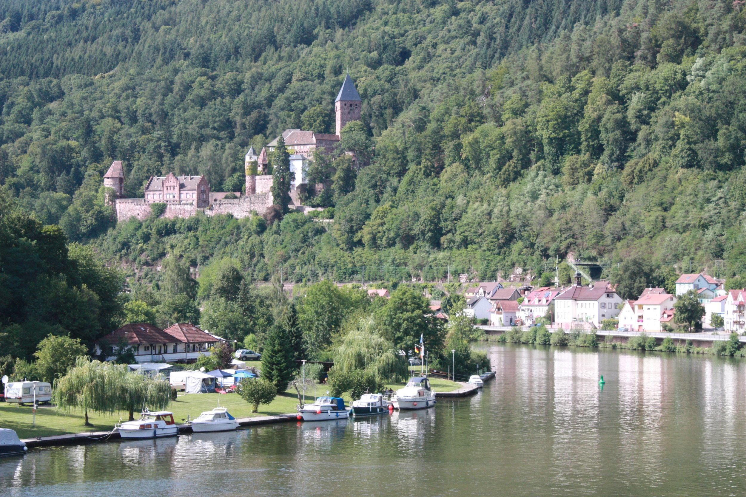 Auf dem Wasser durch das herrlische Neckartal mit seinen historischen Burgen und Altstädten - Landgang erwünscht.