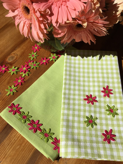 FLOWER-TRIMMED NAPKINS