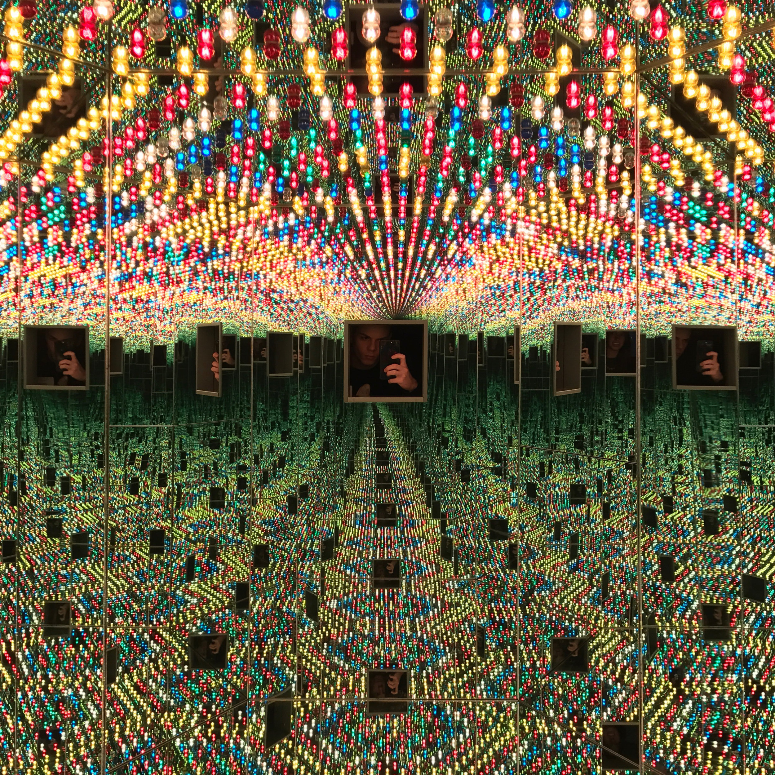 Infinity Mirrored Room -Love Forever