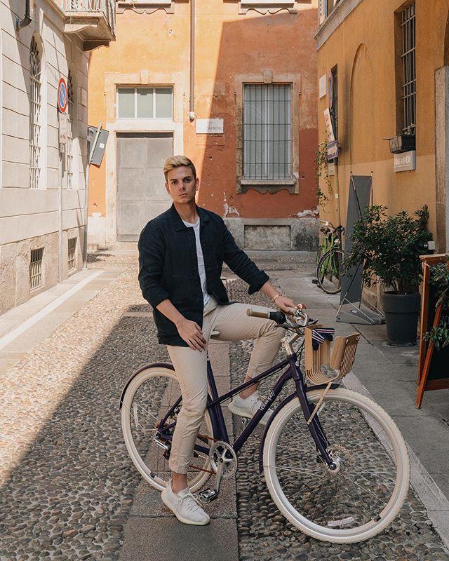 #ad Abbiamo trascorso una mattinata molto speciale insieme a @nespresso.it alla scoperta di Milano a bordo di RE:CYCLE, le bici sostenibili frutto della collaborazione con @velosophy.cc. Il telaio è composto dall'alluminio delle capsule di caffè riciclate. Ricordatevi che è fondamentale riciclare le capsule Nespresso, in quanto il loro alluminio può essere riutilizzati all'infinito! #Nespresso #RiciclaConNespresso #RitualeNespresso