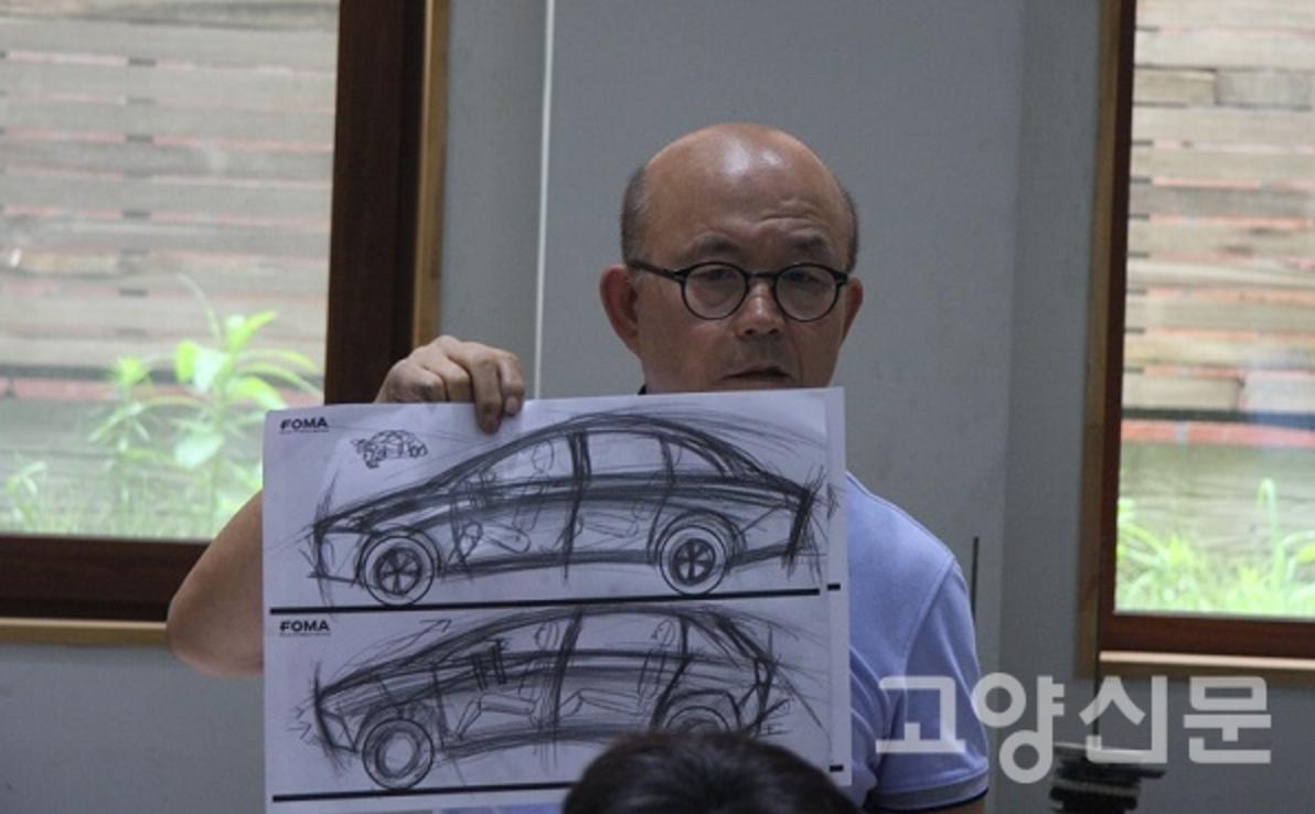 포마자동차디자인미술관에서진행된디자인수업에서학생이그린그림을보여주며설명중인박종서관장.