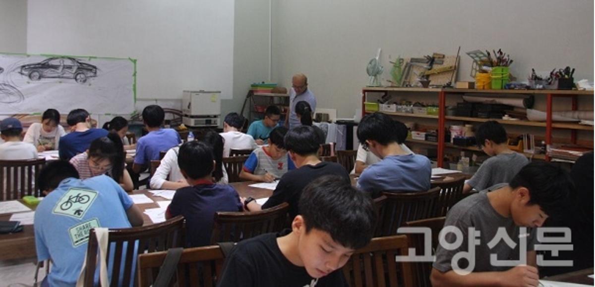 디자인교실둘째날,그림을그리고있는청소년들과그림지도중인박종서관장.