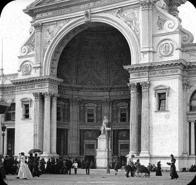 The entrance to the Electrical Exhibition Hall at the Colombian Exposition in Chicago in 1893, featuring a statue of Benjamin Franklin.