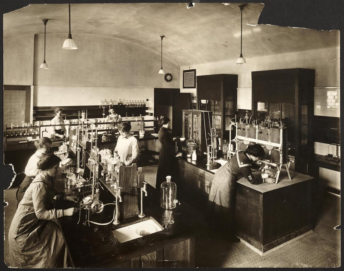 Food Chemistry Honour Laboratory Household Science Building at the University of Toronto, 1913. Courtesy of the Thomas Fisher Rare Book Library, Toronto.