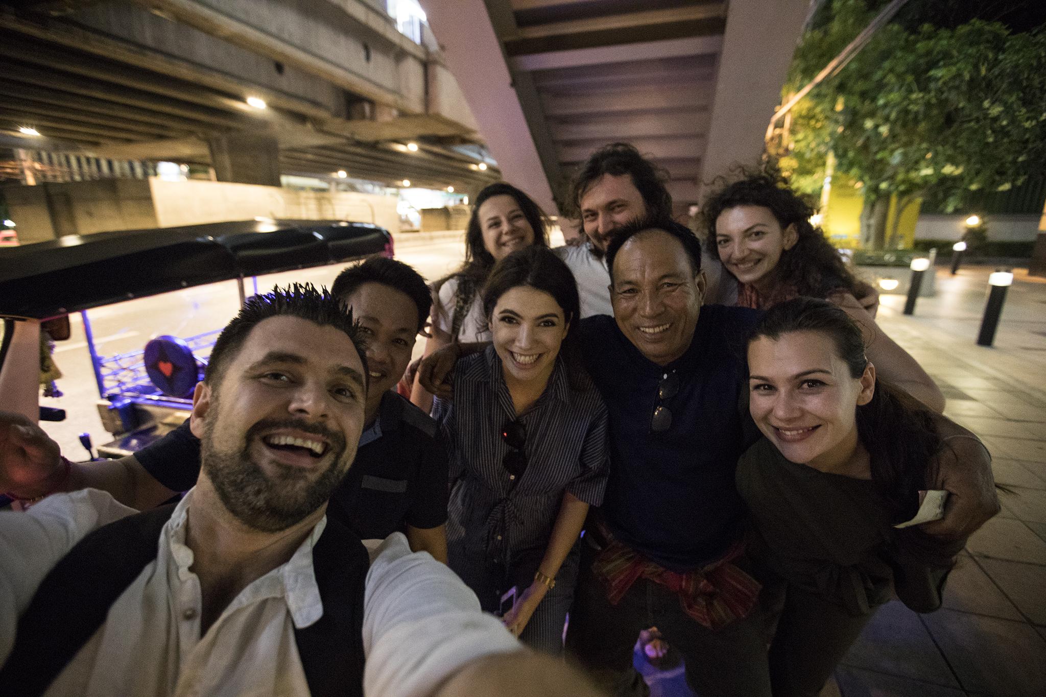 Grupul nostru vesel, impreuna cu cei doi soferi de tuk-tuk care ne-au dus on a wild ride pe strazile Bangkok-ului
