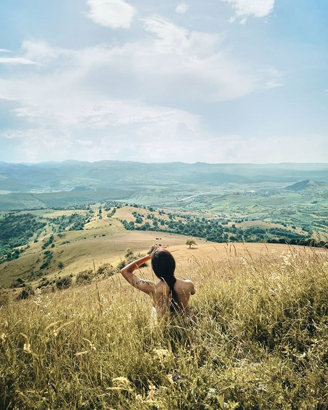 O dupa-amiaza bine petrecuta, ascultand pasarile, zumzetul insectelor si citind in natura. Aveam nevoie mare de asa ceva ☀️ . . . #hygge #shetravelz #theartofslowliving #womenwhotravel #artofvisuals #moodygrams