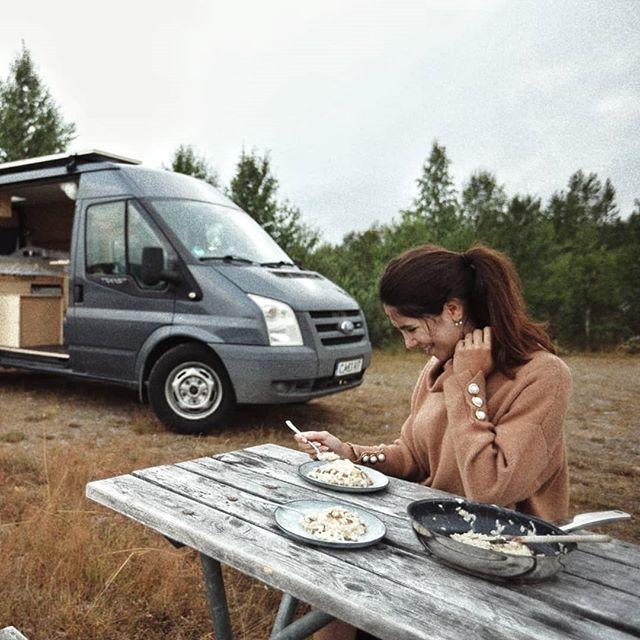 Singura mea nelamurire este de ce nu mancam in fiecare zi risotto facut in campervan, pe marginea unui lac pustiu din Nordul Suediei 😁 (ca sa vedeti cum a facut @bogdanpop.ro risotto, hopa pe stories) 🚙 . . . #hygge #slowliving #embracingslowerlife #theartofslowliving #artofvisuals #moodygrams #travelaroundtheworld #neverstopexploring #folkgood #wanderlust #dametraveler #wowplaces #darlingescapes