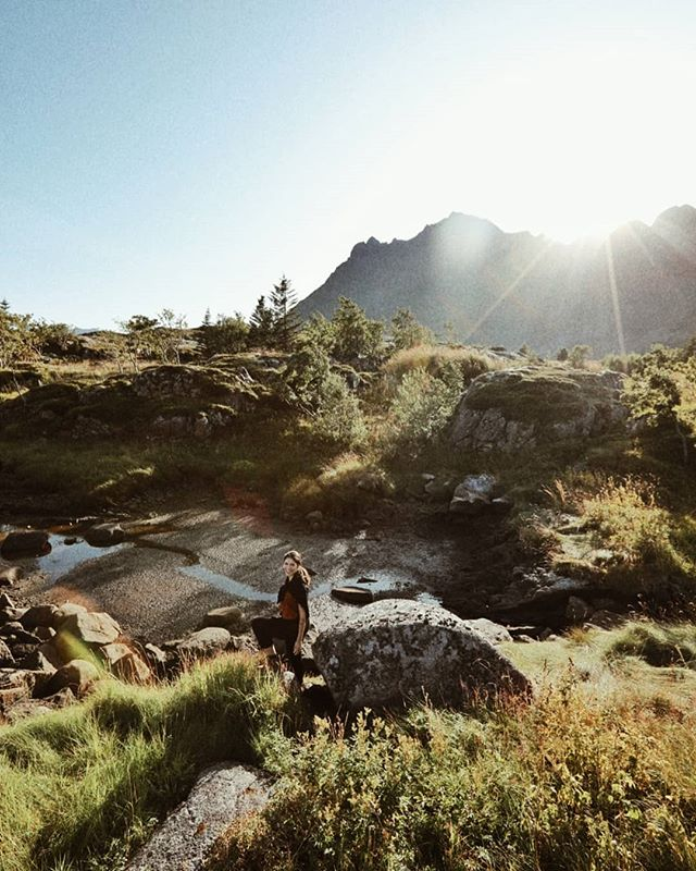 Am ajuns cu bine in Lofoten. Frumos de tot pe aici. Cabanuta noastra ati vazut-o deja pe stories, si poza asta am facut-o la 5 minute de cazare. Sunt un pic coplesita de atata frumos in jurul meu :) . . . #lofoten #theartofslowliving #hygge #travelaroundtheworld #neverstopexploring #folkgood #wanderlust #dametraveler #wowplaces #darlingescapes #roamtheplanet #shetravelz #womenwhotravel