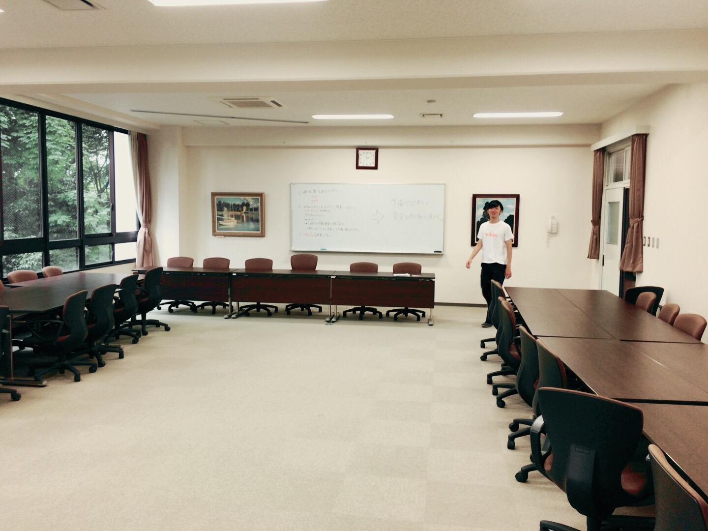 暁高校の広い会議室 &mikanの高岡
