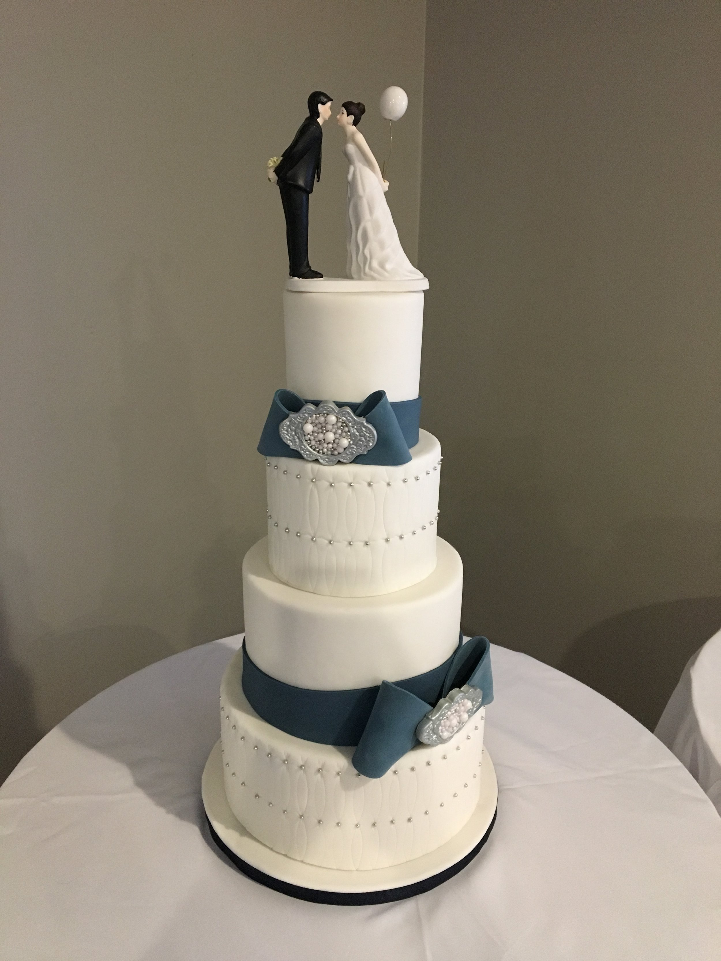 Tufted classic white with blue wedding cake