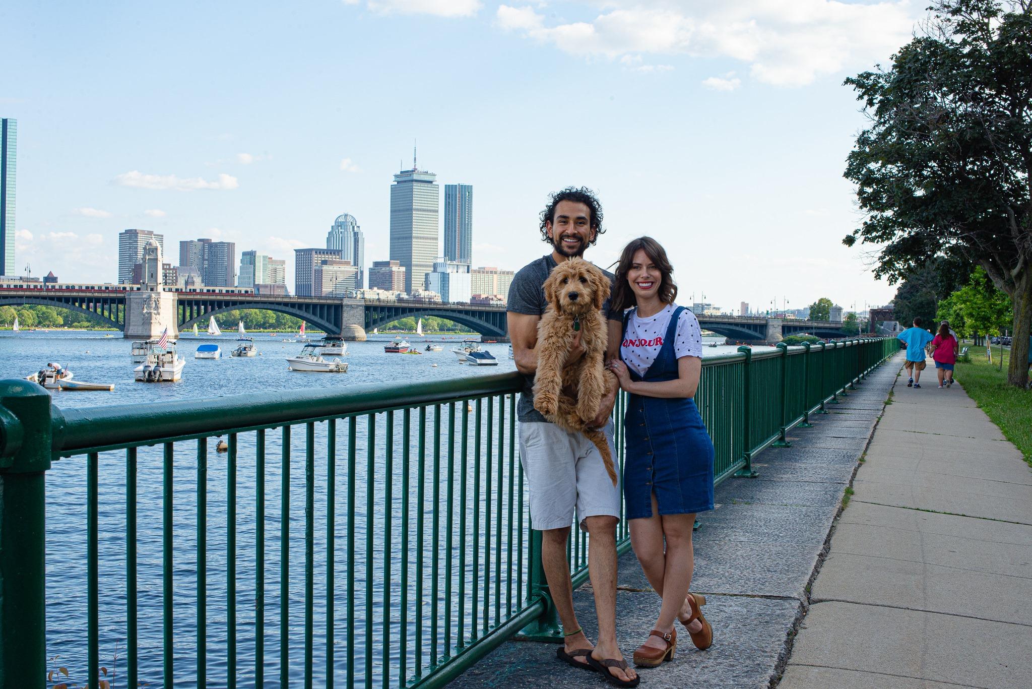 Al lado del río Charles en Boston, MA
