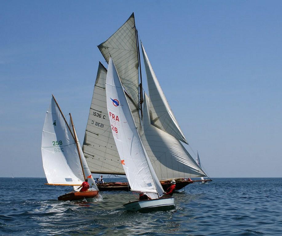 """L'Aile """"Tire d'Aile"""" en régate à Bénodet en 2010, tribord amures devant Pen Duick (Photo P. Guittonneau)"""